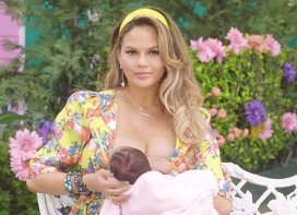 chrissy-teigen-breastfeeding-baby-luna-in-fergie-s-milfs-was-impromptu